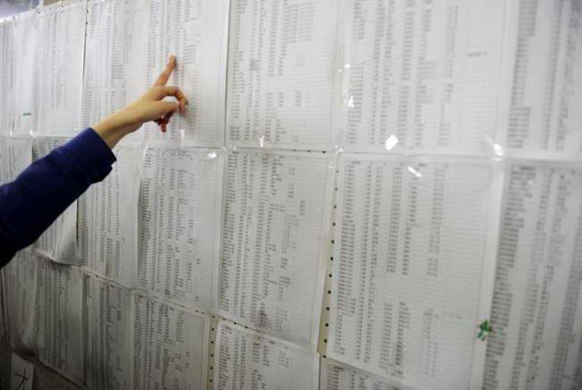 Житель города Натори проверяет список эвакуированных, вывешенный в мэрии