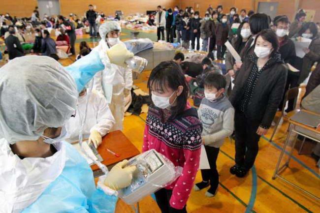 У жителей Фукусимы проверяют уровень радиации