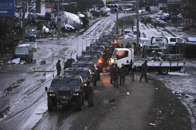 Члены японских сил самообороны готовят конвой для спасательных операций