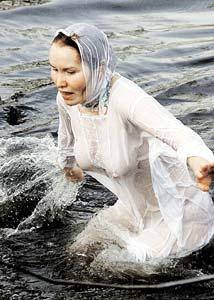 В этот день согласно вере вода смывает